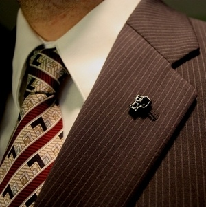 how to wear lapel pin